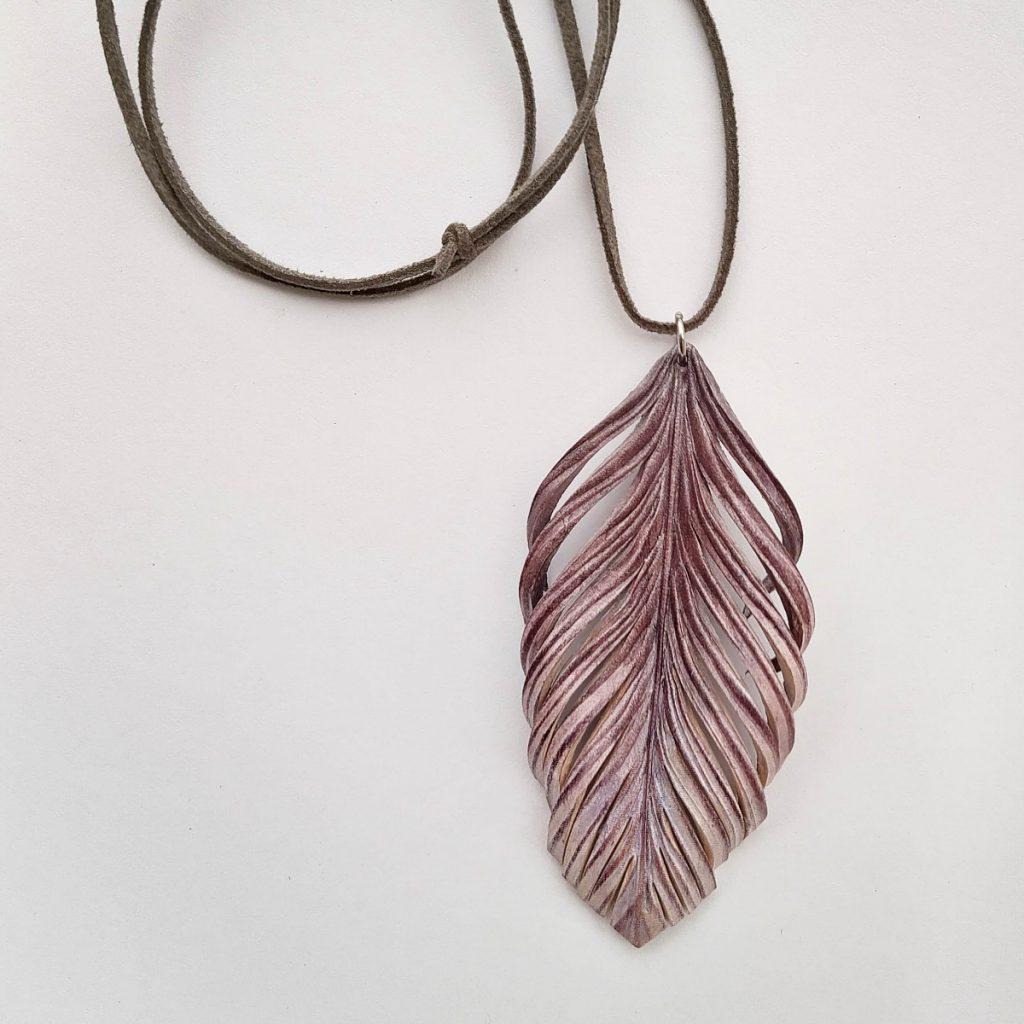 Ruskea-harmaa-hopeinen kaulakoru